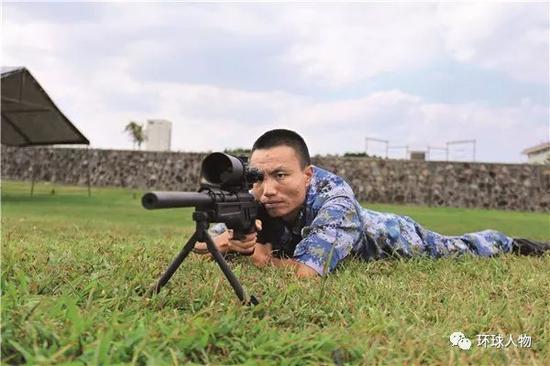 龙茂长在进行狙击步枪射击训练。