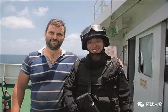 龚凯峰与获救的OS35货轮船员合影。