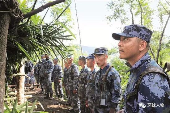 蛟龙突击队部队长孙浩(右一)带队训练。