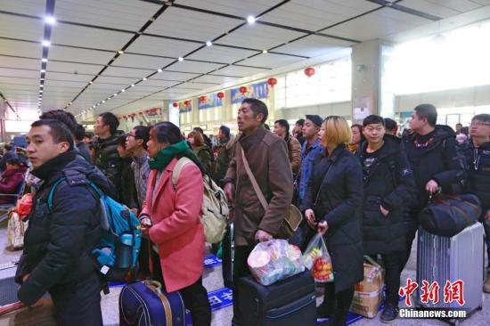 """2月22日,在""""三峡门户""""湖北宜昌,大量返程旅客来到该市火车东站乘车出行。 何强 摄"""
