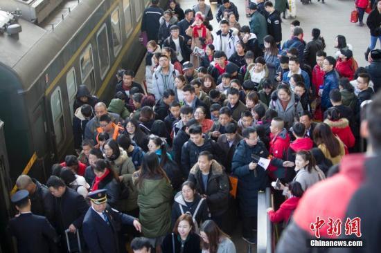 山西太原,民众正在排队乘车准备出行。张云 摄