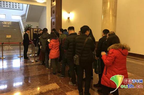 2月28日,全国政协十三届一次会议记者通气会召开。会后,众多记者在全国政协礼堂大厅内排队领取记者证。中国青年网记者 吴楚 摄