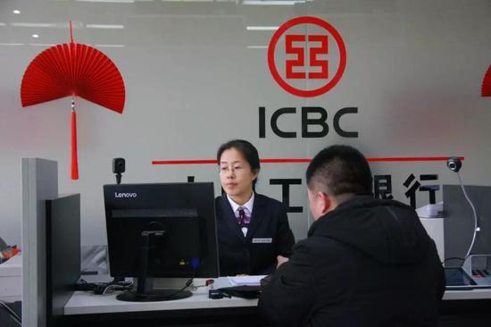 中国工商银行河北雄安分行非现金业务窗口。栗翘楚摄