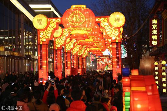 2018年3月2日,沈阳市民在中街豫龙城元宵节灯会上观看花灯 @视觉中国