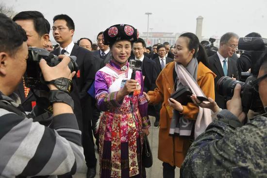3月3日,全国政协十三届一次会议开幕前,全国政协委员、云南省工商联副主席和向红接受记者采访。本报记者闫昭 摄