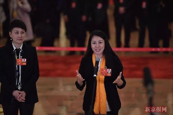 ▲全国政协委员,北京2022冬奥会和冬残奥会运动委员会主席杨扬(右)回答记者提问。