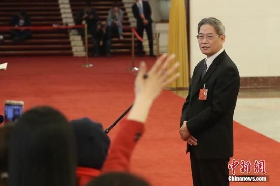 """3月5日,中共中央台办、国务院台办主任张志军在十三届全国人大一次会议的""""部长通道""""上接受媒体采访。 中新社记者 韩海丹 摄"""