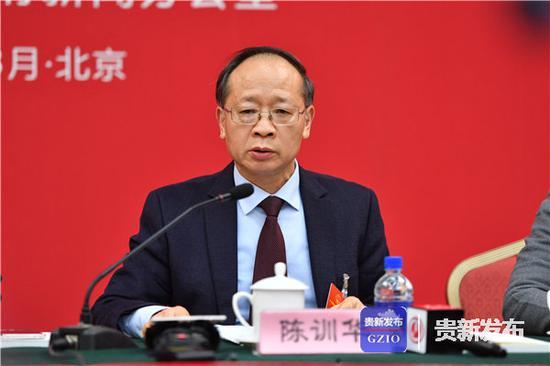 全国人大代表、安顺市委副书记、市长陈训华在集中访谈中发言