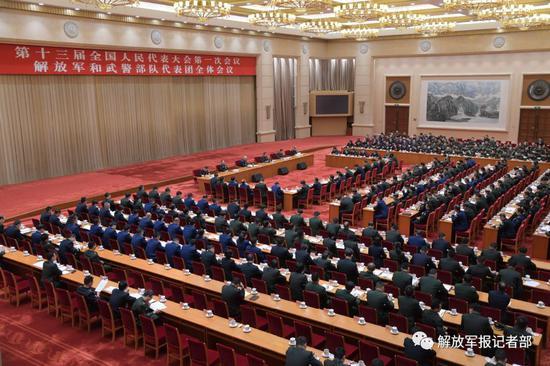 3月7日上午,出席十三届全国人大一次会议的解放军和武警部队代表团举行第一次全体会议。记者冯凯旋 摄