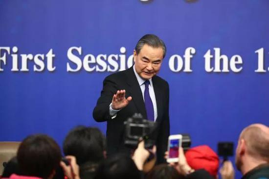 ▲王毅外长在记者会上向媒体记者挥手致意。(新华社)