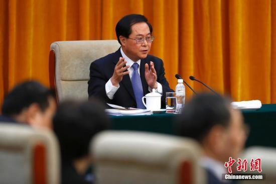 3月8日,十三届全国人大一次会议浙江省代表团在北京举行全体会议,审查计划报告和预算报告。图为全国人大代表、浙江省委书记车俊回答记者提问。 中新社记者 富田 摄