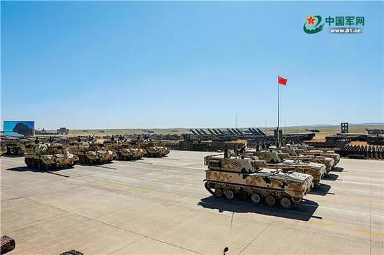 """自行火炮方队由122自行榴弹炮、155自行加榴炮和300毫米远程火箭炮混合编成。炮兵素有""""战争之神""""的美誉。伴随着现代化水平的提高,今天的中国炮兵火力更猛、精度更高、机动性更强。穆可双 摄"""