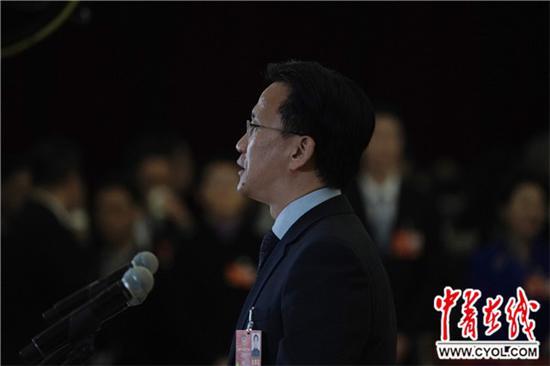 """3月10日,北京人民大会堂,北京四中校长马景林在""""委员通道""""接受采访。中国青年报·中青在线记者 赵迪/摄"""