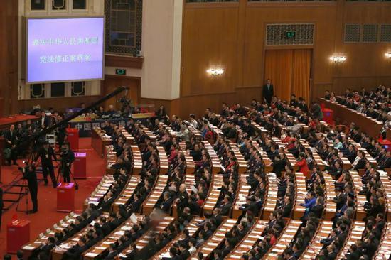 3月11日下午,十三届全国人大一次会议在北京人民大会堂举行第三次全体会议,投票表决中华人民共和国宪法修正案草案。张哲 摄