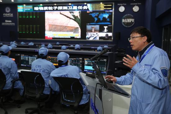 暗物质卫星工程首席科学家常进在中科院国家空间科学中心空间科学任务大厅介绍卫星工作情况(2015年12月24日摄)。