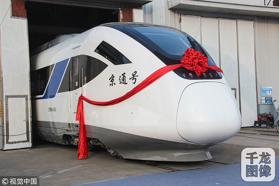 """12月7日,中车四方股份公司为北京市郊铁路副中心线量身打造的CRH6A型城际动车组正式交付北京,并命名为""""京通号""""(稿件图文来源:视觉中国)。千龙网发"""