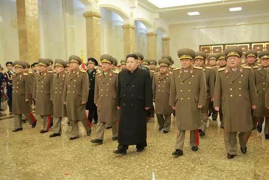 △当地时间2015年12月17日,在朝鲜前领导人金正日逝世四周年纪念日,金正恩当日零时前往锦绣山太阳宫,向金正日表示崇高敬意。朝鲜人民军指挥人员陪同前往。