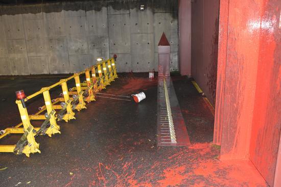 2017年11月23日凌晨,台抗议团体将一整桶红色油漆直接泼向蔡英文官邸门口和地面。(图片来源:台湾《民报》)