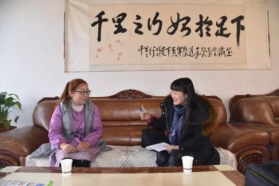 邢文昌妻子-张强(左)