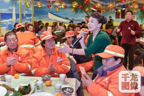 1月31日下午,北京东城区朝阳门街道总工会联合地区工会会员楚博霖文化传媒公司,邀请专业演员来到朝内南小街菜市场,为市场内的所有商户带来了一场慰问演出。图为演出现场。朝阳门街道供图 千龙网发