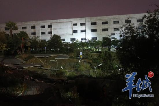 澳门美高梅线上网址:广东佛山发生道路塌陷_地陷面积约2个篮球场大
