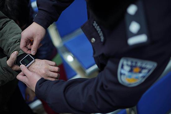 上海部分服刑人员获准春节探亲,手上佩戴了定位腕带。 上海监狱管理局 供图