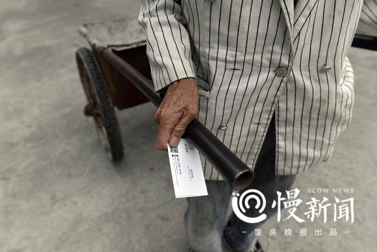 村民手中拿着房地产公司推销员的名片