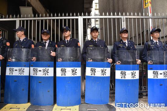 警方在铁门前筑成人墙(图源:东森新闻云)