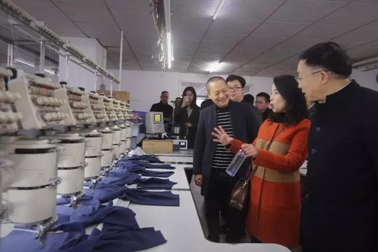 (图说:2018年2月,部分代表委员前往霞湖世家调研线下工厂情况。)