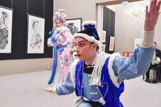 ▲瑞典演员蒂莫西·皮洛蒂(前)在第七届巴黎传统中国戏曲节上表演昆曲。