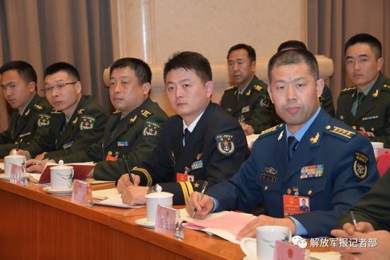 3月7日上午,出席十三届全国人大一次会议的解放军和武警部队代表团举行第一次全体会议。图为与会代表认真参会。记者冯凯旋 摄