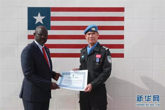 利比里亚总统向中国第五支驻利比里亚维和警察防暴队代表颁发国家奖证书