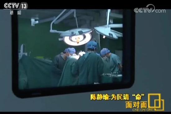 他一边参加两会一边为病人做手术 已非第一次(图)米亚大陆