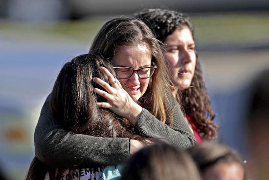 ▲2月14日,在佛罗里达州发生枪击的高中,安全撤离的学生相拥而泣。 图/新华社