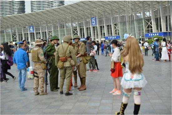 """2015年成都漫展上,几名""""精日""""军服迷身着旧日军军服入场。"""