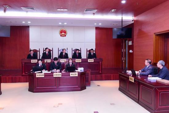2018年1月28日下午,顾雏军案再审合议庭约谈原审被告人顾雏军及其辩护律师,全面听取他们关于该案再审的申诉理由等意见。