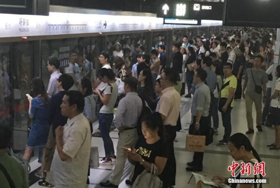 图为北京地铁客流量高峰时段。中新网记者 富宇 摄