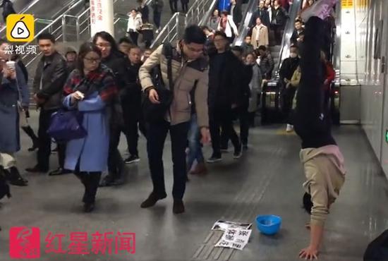 ▲仍在地铁站用体操卖艺的张尚武  图据梨视频截图