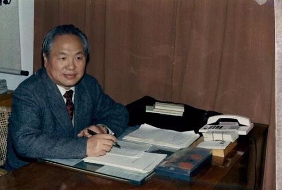 朱自强教授担任宁波大学校长期间,正值宁波大学发展遇到暂时困难的时期。