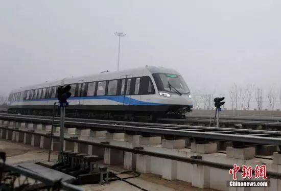 资料图:运行中的磁悬浮列车。杨华峰 摄