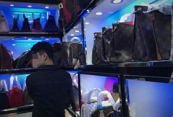 (图说:广州白云皮具城内,拉客仔及店家介绍说,很多微商和做海外代购的都来这拿货,一般人看不出来真假,即便找去专柜也不给验货。 )