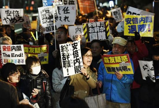 日本民众在首相官邸前举行抗议集会(图来自日本共同社)