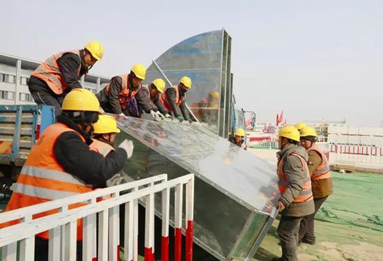 工人们在施工现场。