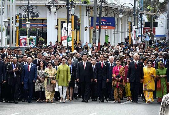习近平在印尼万隆和各国领导人、民众在一起