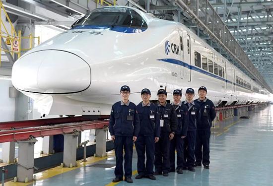 3月11日,张佩和他的作业小组的同事们合影。