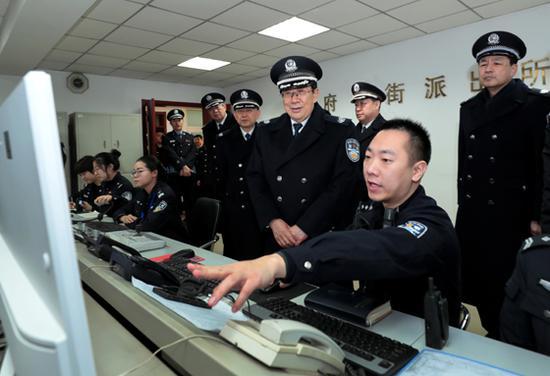 2月15日晚,公安部党委书记、部长赵克志深入北京基层公安所队和街面执勤岗,实地检查春节安保工作,看望慰问一线执勤人员,向大家致以亲切慰问和新春祝福。图为赵克志在西城区公安分局府右街派出所详细了解民警值班备勤情况。