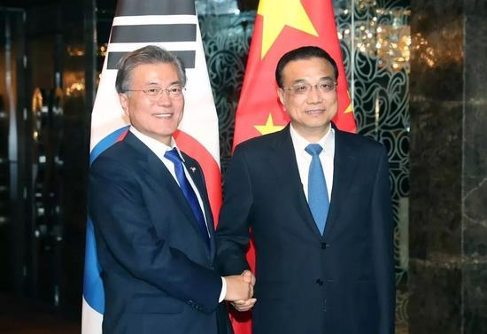 ▲11月13日,国务院总理李克强在菲律宾马尼拉会见韩国总统文在寅。