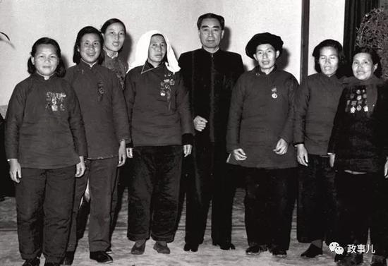 图为1958年9月,周总理在家中接见申纪兰等。(左三)