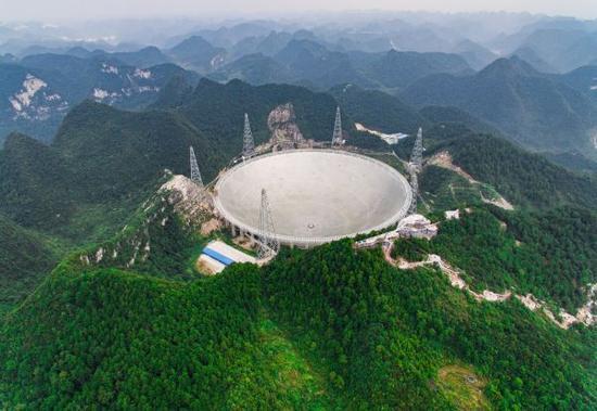 """资料图:被誉为""""天眼""""的国家重大科技基础设施500米口径球面射电望远镜(FAST)在贵州平塘落成启用。这是FAST工程全景 新华社记者 刘续 摄"""