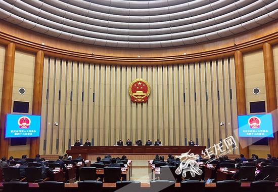 28日下午,重庆市四届人大常委会召开第四十三次会议。 首席记者 徐焱 摄